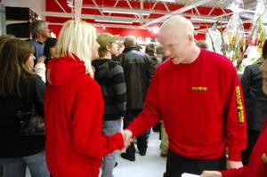 Butikschef Daniel Nordell hälsar kunderna välkomna till Dollarstores butik nybyggda butik i Svenstavik.Foto: Sandra Högman