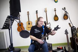 Sonens kvarlämnade gitarr väckte de musikaliska rötterna hos Åke Hedman.