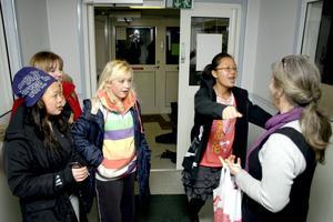 Korina Fryxell, Johanna Öberg, Sabina Berggren och Wittaya Kaeomani tas emot av fritidsledare Malin Kraftling från Lekebergskyrkan.