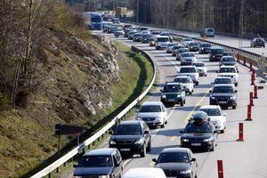 Räkna med långa köer och mycket trafik om du ska ut och köra bil i helgen. Under midsommar ökar trafiken från Gävle upp mot Dalarna med 50 procent. Även söderut, mot Norrtälje, blir det förmodligen trafikstockningar.