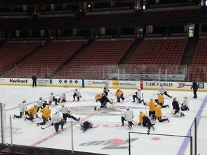 Nashville-spelarna samlas i Honda Center under en av deras morgonvärmningar.