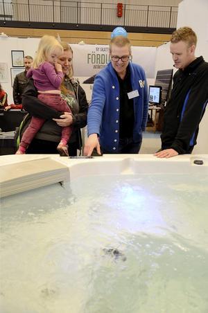 Bubbligt värre. Maria Nordfelt med dottern Minna och maken Johan funderar på att investera i en bubbelpool. Försäljaren Jens Fredell i mitten berättar.