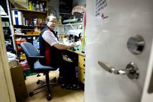 """I verkstan. """"95 procent av alla tv-apparater som vi får in får vi slänga,"""" säger Olle Enwall, som kontrollerar att allt som ställs ut i butiken fungerar. Tidigare hade han plusjobb på Kupan i Bomhus, sedan det tagit slut har han fortsatt att arbeta ideellt."""