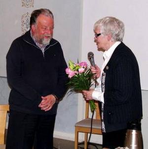Bo Lundmark fick motta blommor av ordförande Kerstin Grubb.