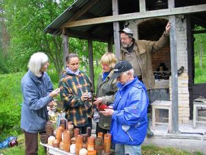 Samling utanför ugnen. Margareta Erwald, Stina Neander, Kajsa Gustavsson, Frank Larsen och Lena Andersson granskar resultatet av bränningen.