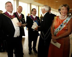 MINGEL. Innan festligheterna började i Gevaliasalen var det mingel utanför. Här syns Peter Jansson, Leif Jonsson, Lars Högblom , Paul Dörschmeister, Alf Palmqvist och Inger Lampa-Jonsson i samspråk.