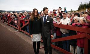 När prinsparet äntligen och lugnt kom gåendes lösgjorde sig en tagen prinsessa från prinsens hand. Hon verkade känna de flesta.
