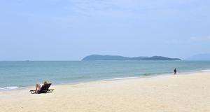 Pentai Centang är platsen där det mesta händer på Langkawi. Vilket för det flesta betyder en stilla promenad längs stranden.