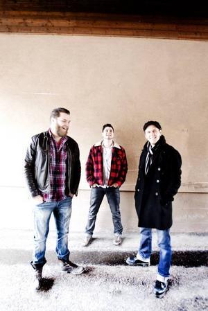 """John Lindberg trio. Joakim Dunker, John Lindberg och Martin Engström spelar rockabilly på det sätt som de vill och struntar i att vissa puritaner tycker att de gör fel. I veckan släpptes deras fjärde skiva, """"Mad for rock 'n' roll""""."""