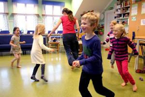 Snöstorm i klassrummet. Förskolebarnen på Odenslundsskolan har inga problem att fatta galoppen när Ulrika Karlsson gestaltar snö som ett sätt att hitta dansen.