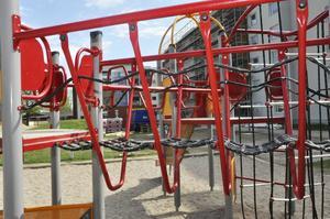 Utsikt från en lekplats. Containrar och byggredskap.