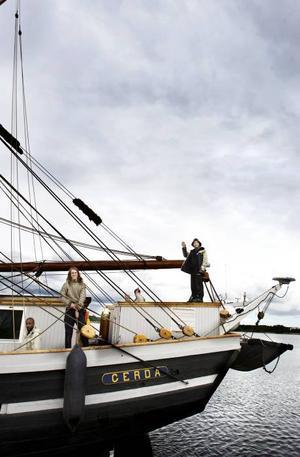 HEJDÅ! I går var det dags för Briggen Gerda att återigen ge sig ut på havet. På kajen stod flera vemodiga personer och vinkande till besättningen.