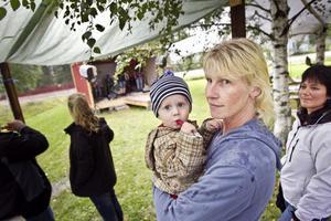 Anna Skott, med lille Emil Skott Bäckström, tycker att en svensk sommarfest nog måste tåla litet regn.