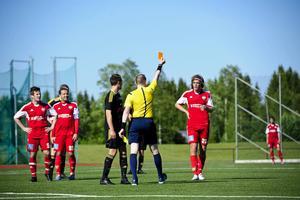 Fredrik Nilsson i hemmalaget fick lämna planen efter sitt andra gula kort.