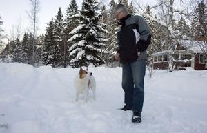 Gunnar Olsson och hunden Ruffe rycker ut för att spåra trafikskadade djur. Nu höjs ersättningen till jägarna vid eftersök, och Gunnar hoppas att det ska få fler att intressera sig.