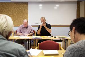 På onsdagen träffades valnämnden i Falun för att räkna de återstående rösterna som kan få betydelse för valutgången. Håkan Hammar (M) och Bruno Kaufmann (MP) jobbade tillsammans.