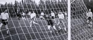 Medan matchklockan tickade mot full tid försökte Opespelarna gå tiden att gå genom att sparka matchbollen, den enda som fanns, ut på lägdorna intill fotbollsplanen. Men domaren lade till en tilläggsminut som blev ödesdiger för besökarna.