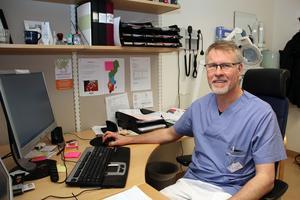 """Gunnar Svärd är en av tio läkare i Dalarna som nu ska möta patienter via skärm. """"Jag är lite nyfiken. Det ska bli spännande att se om fler och fler hittar till den här typen av vård."""""""