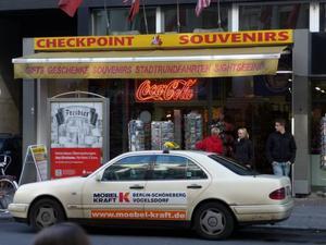 Checkpoint Charlie var den mest kända gränsövergången mellan öst och väst. I dag är Checkpoint Charlie en riktig turistfälla.