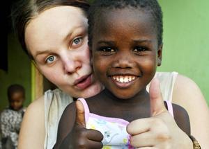 Barnen på barnhemmet blev överlyckliga när de fick nya kläder. Fortfarande saknas skor, filtar och skolväskor. Här är Sara Svensson med en glad flicka i nytt linne.