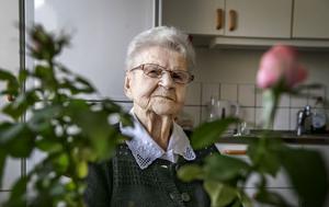 Toini Laaksonen föddes den 13 januari 1917. Knappt elva månader senare förklarade sig Finland självständigt. Toini Laaksonen syntyi13. tammikuuta 1917. Noin 11 kuukautta myöhemmin Suomi julistautui itsenäiseksi.