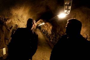 grottliknande. Det finns två gångar ned i bergrummet i Järvsta. Tanken är att gångarna ska göras lite bredare och bättre belysta, men den grottliknande miljön ska ändå finnas kvar.
