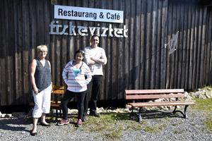 Annika Hägglöf i museikommitten tillsammans med nya krögarparet, Camilla Lindahl och Henrik Nordlander.