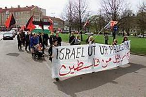 Foto: LASSE WIGERTHet fråga. Konflikten i Mellanöstern var förstås ett högst aktuellt ämne under vänsterpartiets och syndikalisternas gemensamma demonstration.
