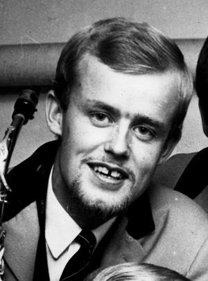 Rolf Roberts. Robert Blom började i bandet Flying Stars och spelade sedan i den populära dansbandsorkestern Rolf Roberts. År 1979 låg han etta på Svensktoppen i åtta veckor. Bilden är från VLT:s arkiv och den är tagen 1966.