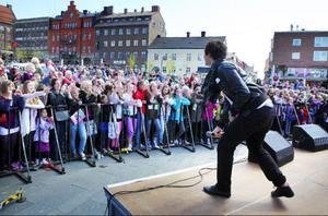Tusentals personer lockades till Stortorget i Östersund då årets Stjärnskott skulle utses och Erik Saade uppträda.