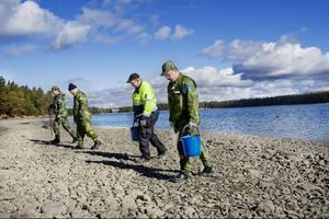 Sökstyrkan går över meter för meter av stranden. Vattenståndet i Storsjön är lågt vilket gör att det går att sanera en relativt stor yta. Cirka 6 000 kvadratmeter ska sökas av den här gången.