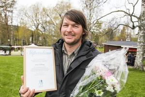 Joni Lidberg Bruksvallarna med inramat stipendium på 10000 kronor och en stor blomsterkvast efter att han fått utmärkelsen under Jamtlis Vårmarknad, lördag den 23 maj.