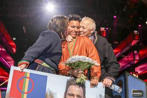 22 februari 2015. Jon Henrik Fjällgrens jojk gick rakt in i folks hjärtan och han tog en av två direktplatser i årets Melodifestival när han uppträdde i deltävlingen i Östersund. Där kom han sedan tvåa efter Måns Zelmerlöv. Här kramas han om av föräldrarna Ulla och Jan Fjällgren.