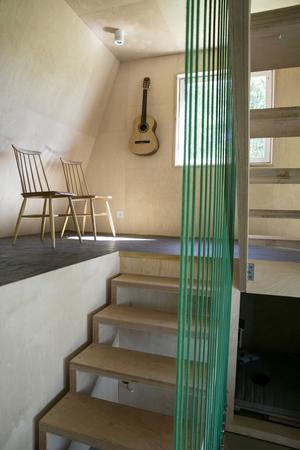 Våningarna binds samman av trappen mitt i huset som sick-sackar sig upp mellan de fem halvplanen. Som räcke hänger linor ända uppifrån nocken ner till bottenplattan.