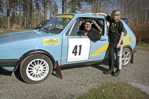 När Roger Fälth rattar sin Golf MK1 från -75 i rallytävlingar finns också ofta sonen Dennis med i bilen. Men först stundar söndagens säsongs premiär i backe i Ånnaboda.