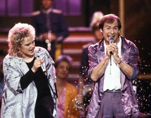 Schlager var aldrig Monicas grej, men hon ställde upp tillsammans med Lasse Holm 1986. De vann med E' de' det här du kallar kärlek?
