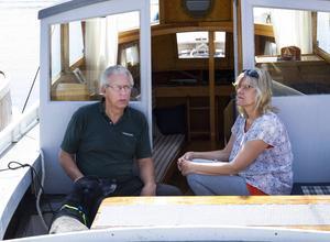 Lasse Forslund och Anette Sandkvist från Bjuråker, med hunden Lacki, kom i en båt som Lasse byggde för 39 år sedan.