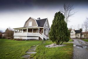 Från framsidan ser Löfsta ut som ett rätt så modernt hus ...