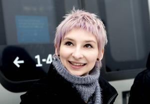 Alona Nyberg från Kramfors. Hon går sista året på det femåriga ingenjörsprogrammet och är mitt uppe i sitt examinationsarbete. Industriförtagen i Ådalen vill locka henne med jobb.