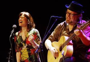 Two Blue. Malin Foxdal och Clas Yngström, två röster och en helakustisk gitarr gav den soppsörplande publiken en annorlunda upplevelse på Spegeln.Foto: Nick Blackmon