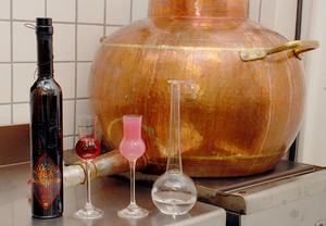 Henrik Larsson demonstrerar hur vatten får den röda absinten att växla färg till rosa,