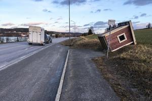 Det friskade i rejält i vindbyarna i Målsta vid 13-tiden på nyårsaftonen, men bilen med hästfinkan höll sig på rätt köl.