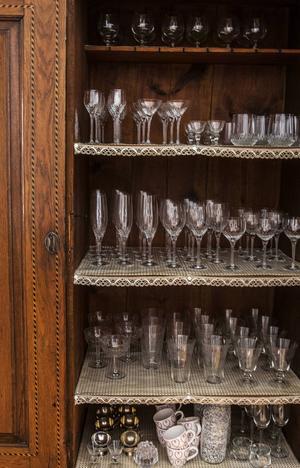 Danskt 1800-talsskåp med blandade glas. Skåpet är en av Viktorias favoriter och står i vardagsrummet.