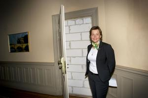 När man öppnar dörren till exempelvis rummen 116, 118 och 122 på Knaust går man in i väggen. Byggnadsminnesskyddet kräver att dörrfodren ska bevaras, men eftersom rummen bakom dem inte finns kvar har de blivit blinddörrar.