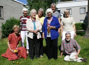Släktträff i Östersund. Främre raden från vänster: Ida Molander-Johansson, Eli Molander, Sandra Hall St. Paul/Minneapolis och Bo Sjöquist. Bakre raden från vänster: Ingrid Widenström, Elisabeth Molander, Barbro Molander och Signe Sjöquist.