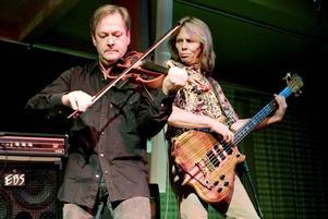känslosamt. Mats Glenngård med sin elfiol var klippt och skuren för de känslosamma melodierna.