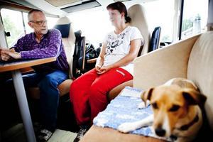 PLATS FÖR ALLA. I den rymliga husbilen finns en plats för var och en i familjen. Sewed Wahlman och hans hustru Birgitta ger sig nu ut på en 1000 mila-tripp genom östra Europa och självklart får lilla Maja följa med.