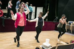 Hanna Berglund, Paola Ryttar och Magdalena Thors nynnar ett nummer och övar in koreografin.