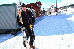 """Nalle Hansson med arbetsverktygen,             skidorna och snöborren. I 30 år har han haft Åreskutan som arbetsplats och kämpat hårt för att etablera Åre som internationell skidort. """"I dag är vi accepterade"""", säger Nalle, som får en ny chans att visa FIS-pamparna vad        Åre går för i världscupfinalerna till veckan. Foto: Elisabet Rydell-Janson"""