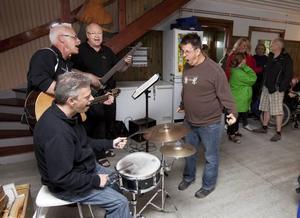 Rock. Per Larsson dansar till Drömfabrikens musik. Bakom trummorna sitter Mikael Dahllöf. Sjöng gjorde Per Almén tillsammans Bo Larsson som spelade bas.